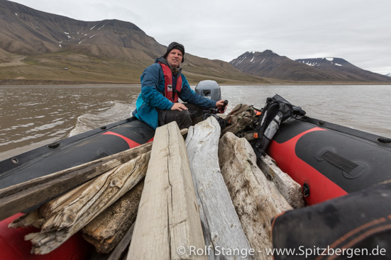 Transporting driftwood for Spitsbergen picture frames